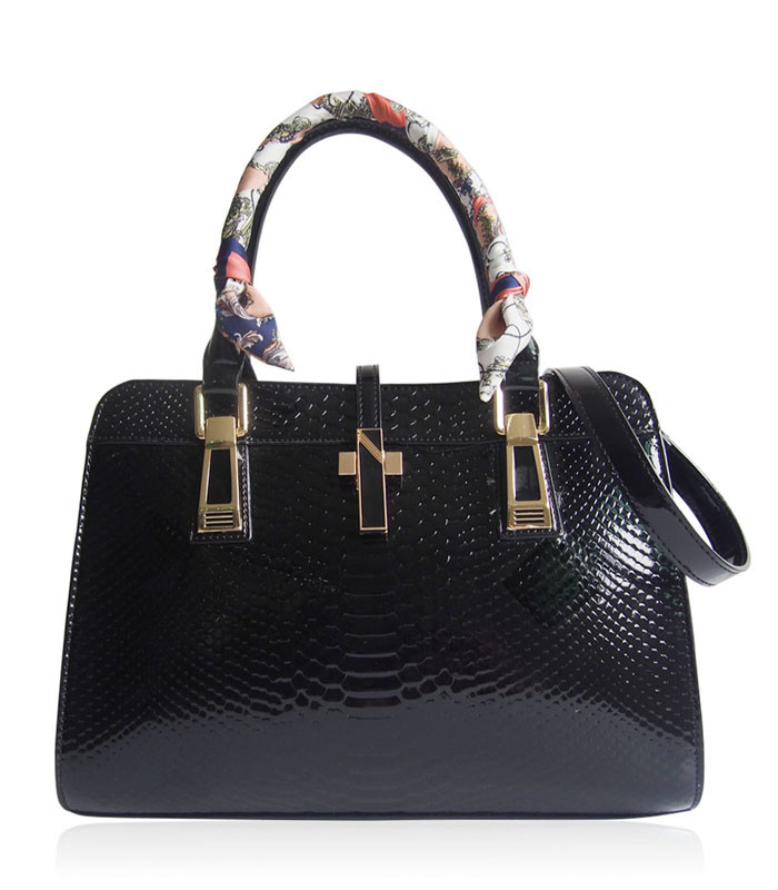 Čierna luxusná lesklá kabelka Gessy 3217 - Kabea.cz c2a71201ed1